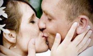 Как красиво целоваться на свадьбе или просто на людях?