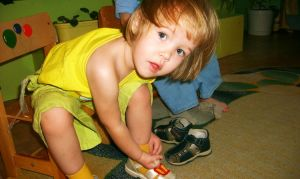 Как научить малыша одеваться?