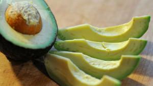 Авокадо нарезали ломтиками