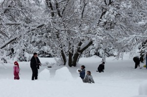 Лепка снеговика зимой