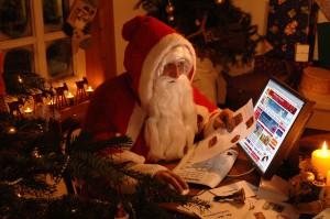 Дед Мороз читает письма из электронного ящика