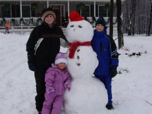 Самодельный снеговик из снега