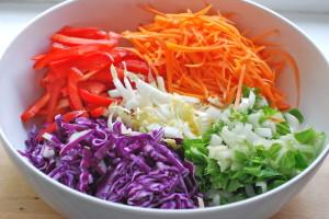 Овощной праздничный салат с капустой