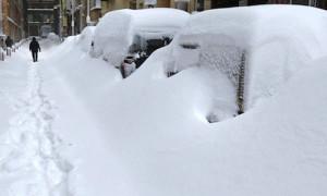Автомобили завалило снегом
