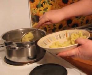 Всыпьте картофель в бульон и кипятите 20 минут