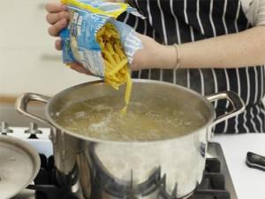 Всыпьте макароны в кипящую воду