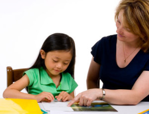 Мама учит дочку чтению