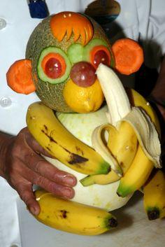 Фигура из фруктов и овощей