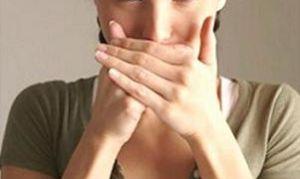 Как устранить неприятный запах лука и чеснока изо рта