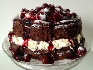 Сладкий торт с вишней