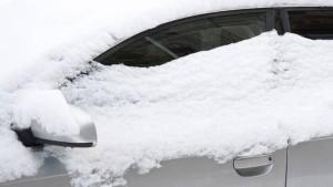 Машину занесло снегом