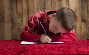 Мальчик пишет письмо Деду Морозу