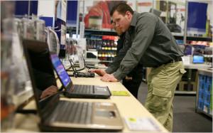 Покупатель выбирает ноутбук