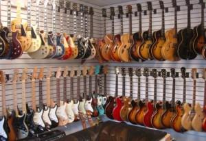 Выбор гитар в магазине