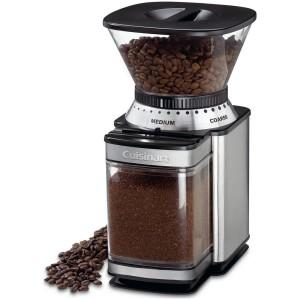 Кофемолка измельчает зёрна кофе