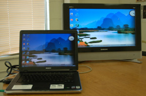 Ноутбук и телевизор работают синхронно