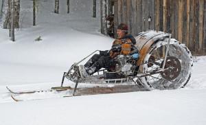 Мужчина на снегоходе