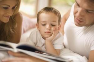 Родители учат сына читать